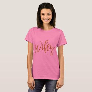 T-shirt Feuille d'or de Wifey et chemise rose de