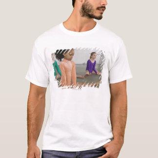 T-shirt Filles s'étirant dans la pratique en matière de