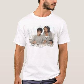 T-shirt fils de aide de maman avec le travail