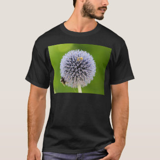 T-shirt fleur d'allium dans le jardin