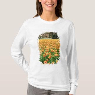 T-shirt Fleur de tulipes de ressort devant la vieille