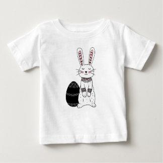 T-shirt folklorique de bébé de lapin de Pâques