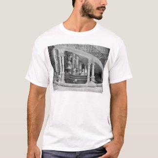 T-shirt Fontaine sous les escaliers de l'hôtel De