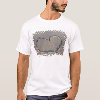 T-shirt Forme de coeur dessinée dans le sable