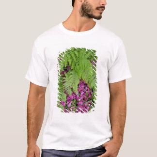 T-shirt Fougères de forêt avec les pétales roses de fleur
