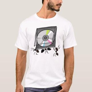 T-shirt fourmis portant le Cd
