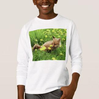 T-shirt Fox rouge de bébé dans le domaine vert avec les