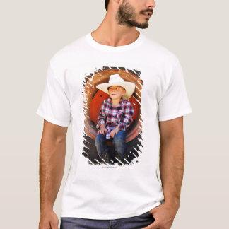 T-shirt Garçon (4-7) années, se reposant dans le pneu de
