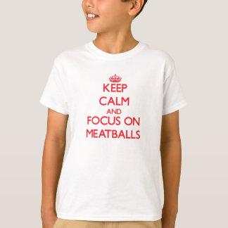 T-shirt Gardez le calme et le foyer sur des boulettes de