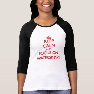 T-shirt Gardez le calme et le foyer sur le ski nautique
