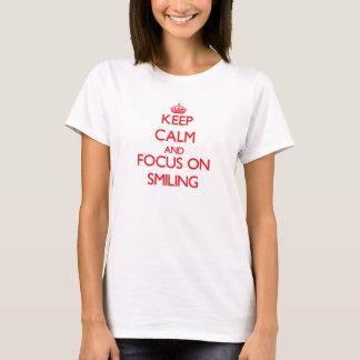 T-shirt Gardez le calme et le foyer sur le sourire