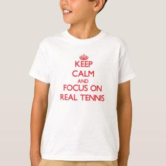 T-shirt Gardez le calme et le foyer sur le vrai tennis