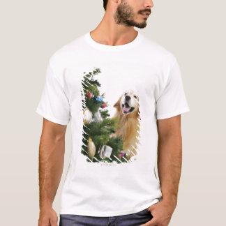 T-shirt Golden retriever qui observe l'arbre de Noël