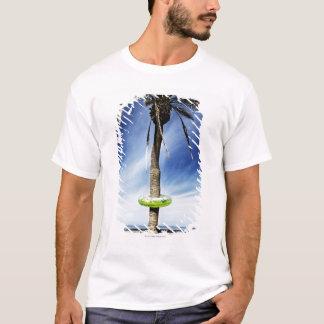 T-shirt Grand palmier sur une plage sablonneuse avec