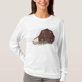 T-shirt Grange dans le paysage rural