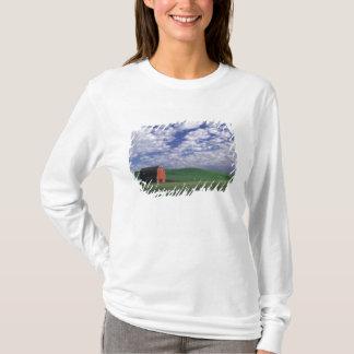 T-shirt Grange rouge dans le domaine de blé et d'orge en