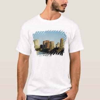 T-shirt Gratte-ciel près d'un pont à travers une rivière,