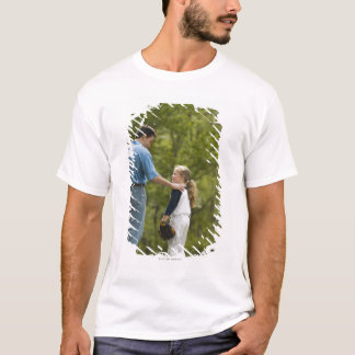 T-shirt Homme parlant à la fille dans l'uniforme de