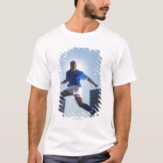 T-shirt Homme rebondissant le ballon de football sur sa