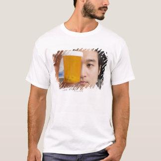 T-shirt Homme tenant la bouteille de pilule