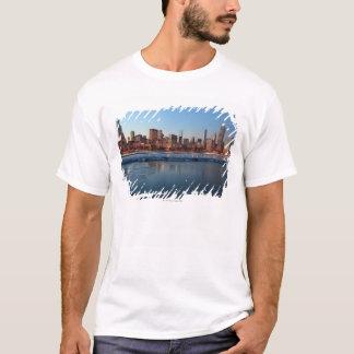T-shirt Horizon de Chicago, l'Illinois à travers un lac