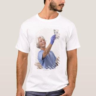 T-shirt Hygiéniste dentaire féminin examinant un rayon X