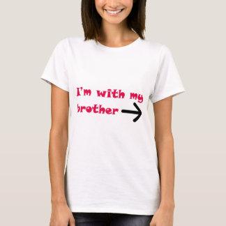 T-shirt Je suis avec ma droite de flèche de frère