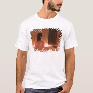 T-shirt Jeune femme prenant le bain avec des pétales de
