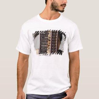 T-shirt Jeune femme scrutant par l'abaque