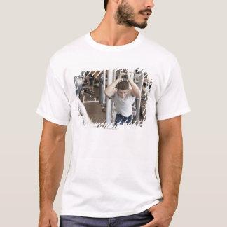 T-shirt Jeune homme établissant son triceps sur un câble