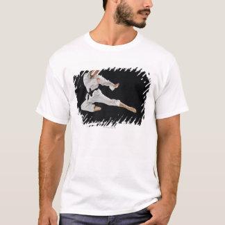 T-shirt Jeune homme exécutant le coup-de-pied de karaté