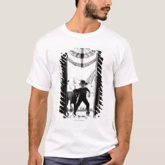 T-shirt Jeunes garçon et chien brouillés sur le porche