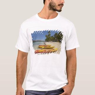 T-shirt Kayaks sur la plage, île-hôtel de plantation