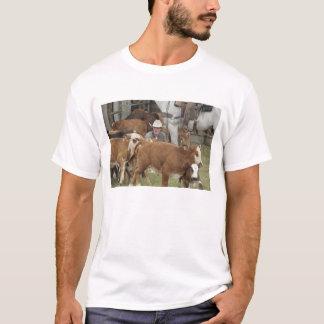 T-shirt Kyle attendant avec le veau pendant le