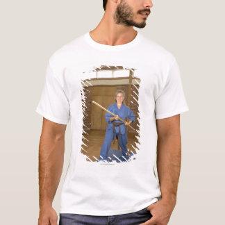 T-shirt La femme exécutant Ken-Font-Kai karaté, souriant,
