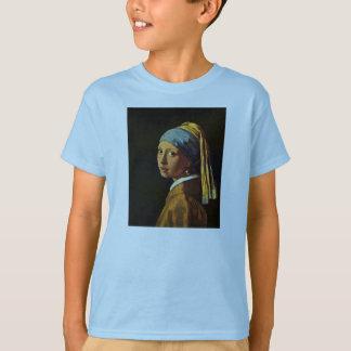T-shirt La fille avec une boucle d'oreille de perle., par