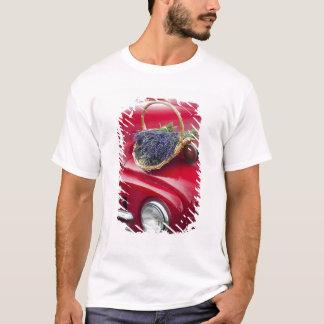 T-shirt La lavande lie le repos sur le vieux camion