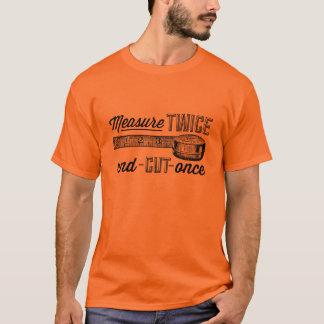 T-shirt La mesure deux fois a coupé par le passé la