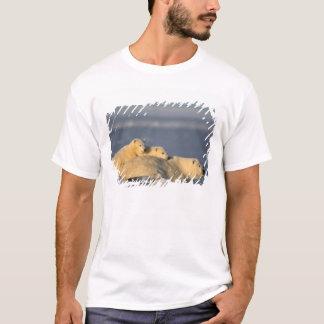 T-shirt La truie d'ours blanc se couchant avec le ressort