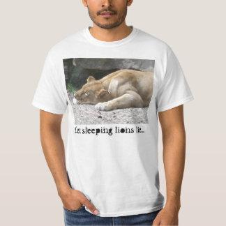 T-shirt laissé de mensonge de lions de sommeil