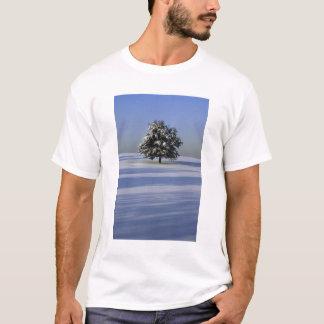 T-shirt L'arbre dans la neige a couvert le paysage
