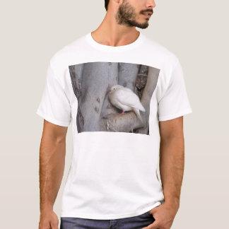 T-shirt Le blanc potelé a plongé dans l'arbre