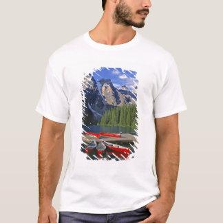T-shirt Le Canada, Alberta, lac moraine. Les canoës rouges