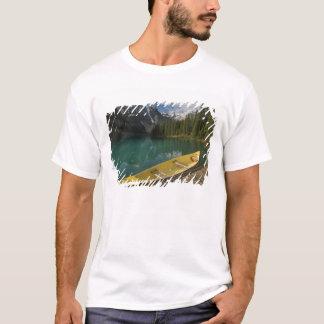 T-shirt Le canoë s'est garé à un dock le long de lac