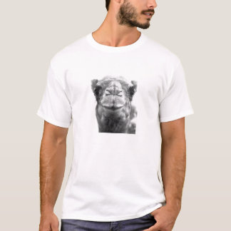 T-shirt Le chameau embrasse la photo de plan rapproché