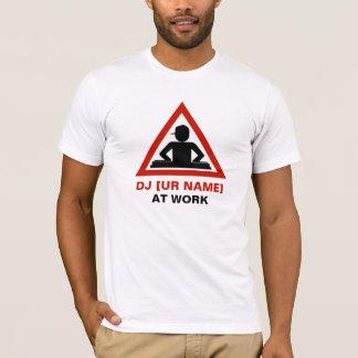T-shirt Le DJ au travail customisent votre nom