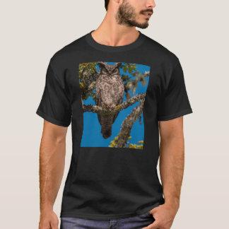 T-shirt Le grand hibou à cornes était perché sur un chêne