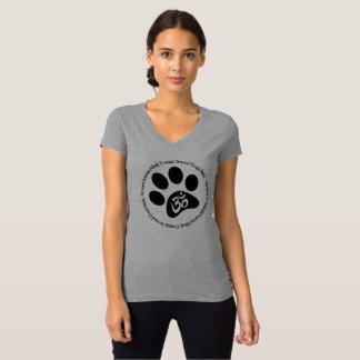 T-shirt Le karma soit aimable dans la tasse V d'animaux -