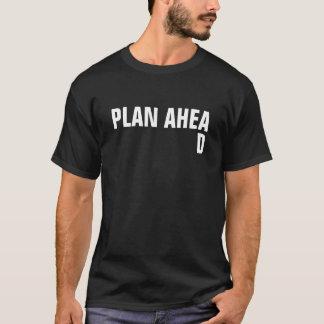 T-shirt Le plan des hommes en avant avec hors de l'endroit