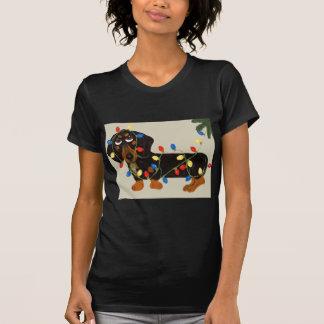 T-shirt Le teckel a embrouillé dans le noir de lumières de